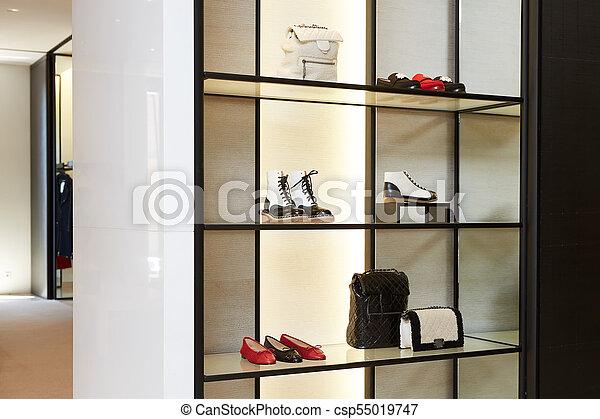 Una gran tienda de zapatos de lujo con una nueva colección - csp55019747