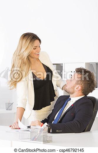 Comment flirter avec un collègue (pour les femmes)