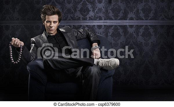 Un hombre elegante con un collar - csp6379600