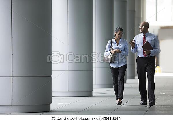 colleghi, affari, ufficio., camminare, esterno, indiano, felice - csp20416644