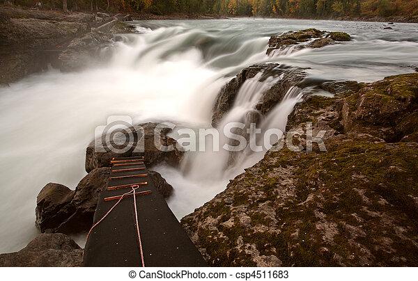 El río Buckley cae en Moricetown en Columbia Británica - csp4511683