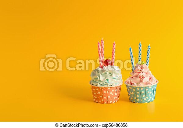 Un delicioso pastelillo de cumpleaños en color amarillo - csp56486858