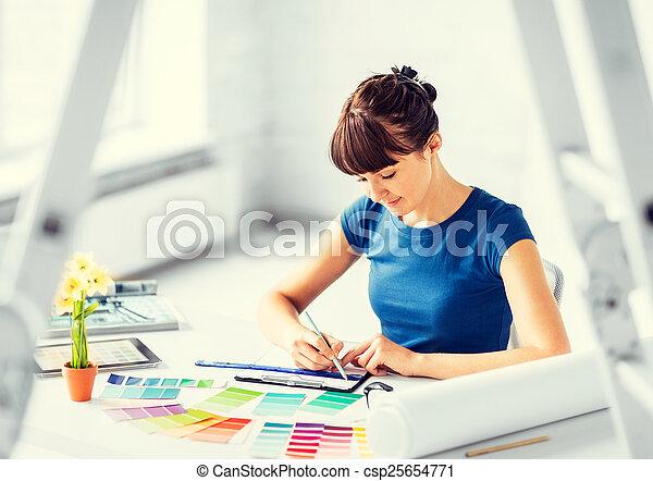 Mujer trabajando con muestras de colores para la selección - csp25654771