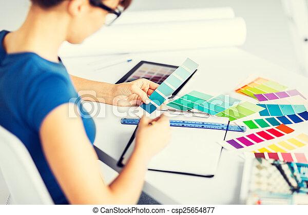 Mujer trabajando con muestras de colores para la selección - csp25654877