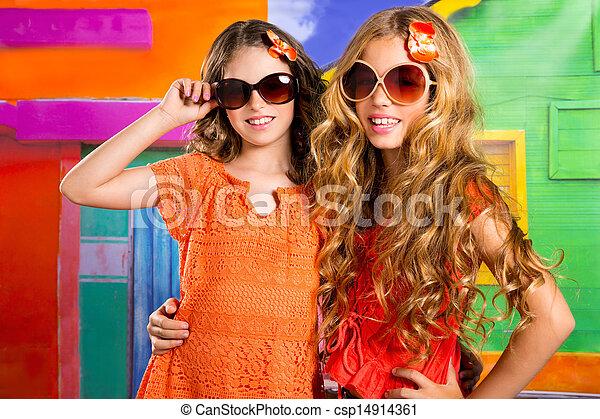 Los niños son amigos de las chicas de vacaciones en una casa colorida tropical - csp14914361