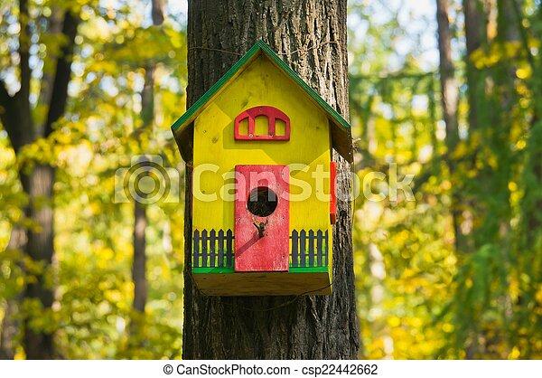 Una casa de pájaros muy colorida - csp22442662