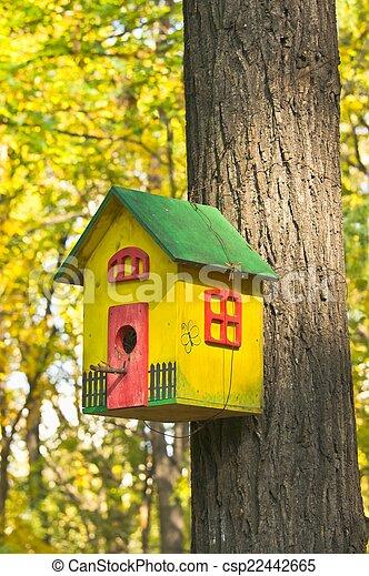 Una casa de pájaros muy colorida - csp22442665