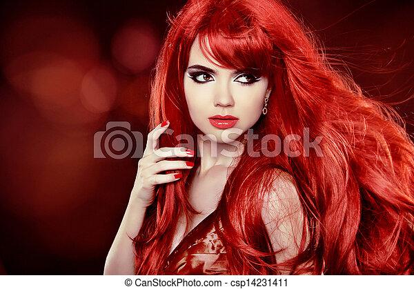 Pelo rojo colorido. El retrato de la chica de la moda con el pelo largo y rizado sobre el pasado festivo - csp14231411