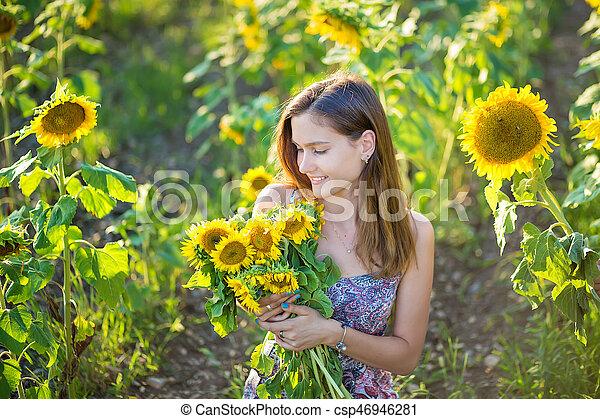 Coloridos Desgastar Sentando Italiano Vestido Amarelo Bonito Morena Cute Campo Verde Menina Olhos Vale Jovem Sol Canstock