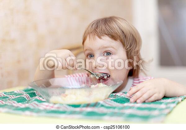 El niño come con cuchara - csp25106100