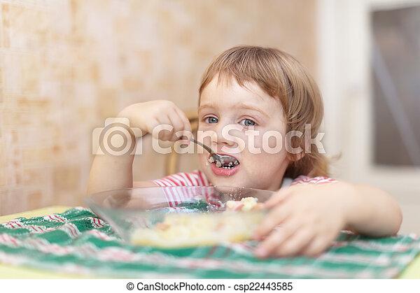 El niño come con cuchara - csp22443585