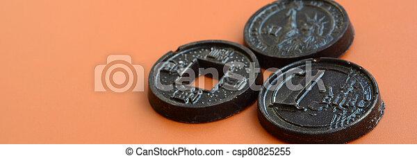 comestible, trois, usa, produits, chocolat, espèces, euro, formulaire, pièces, modèle, mensonge, plastique, japon, orange, arrière-plan. - csp80825255