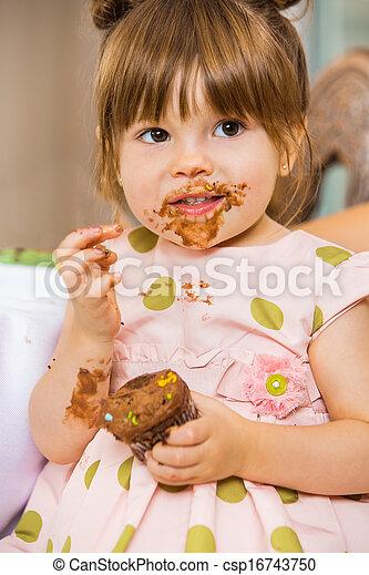 comida, glaseado, ella, cara, torta de cumpleaños, niña - csp16743750