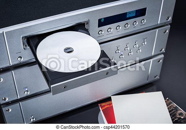 Un reproductor de disco compacto de audio musical con soporte amplificador. - csp44201570