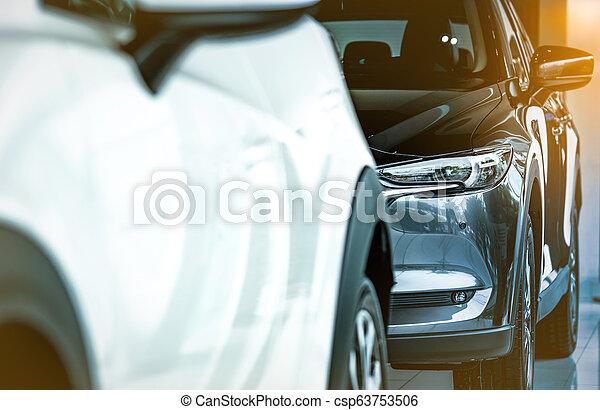 Nuevo coche compacto de lujo reluciente estacionado en la sala de exposición moderna. Concesionario de autos. Una tienda de autos. Tecnología de coches eléctricos y concepto de negocios. El concepto de alquiler de coches. Industria automotriz. - csp63753506