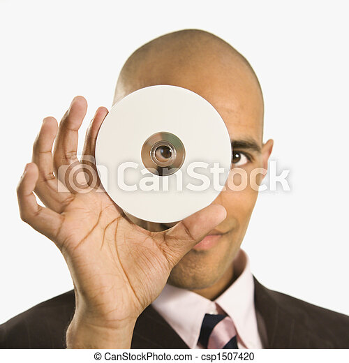 Hombre sosteniendo un disco compacto. - csp1507420