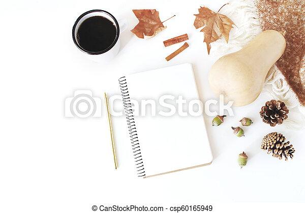 composition., couverture, automne, table, vue., tasse, sommet, poser, pin, scene., arrière-plan., blanc, laine, citrouille, plat, maquette, glands, cahier, automne, bâtons, café, automne, feuilles, cannelle, espace de travail, cônes - csp60165949