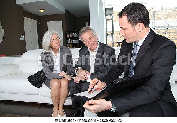 La pareja mayor firma un contrato financiero para la compra de propiedades - csp9955023
