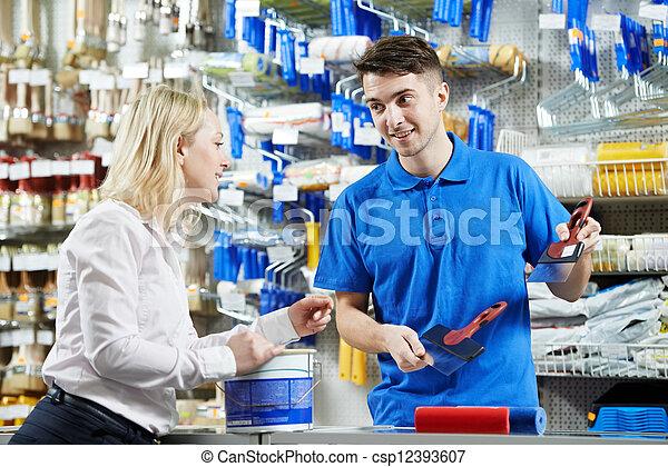 Vendedor demostrando cuchillo de masilla al comprador - csp12393607