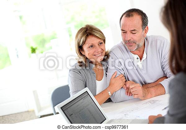La pareja mayor está lista para comprar un nuevo contrato de lectura - csp9977361