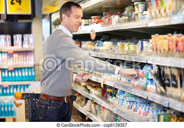 Un hombre comprando en una tienda - csp6139357