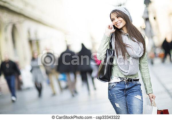 Mujer joven en las compras - csp33343322