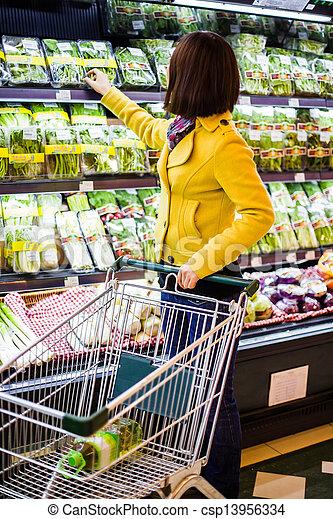 Una joven comprando en el supermercado - csp13956334