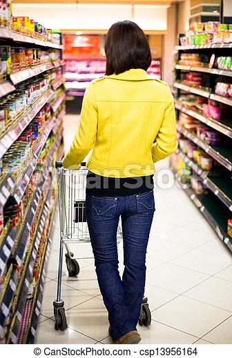 Una joven comprando en el supermercado - csp13956164