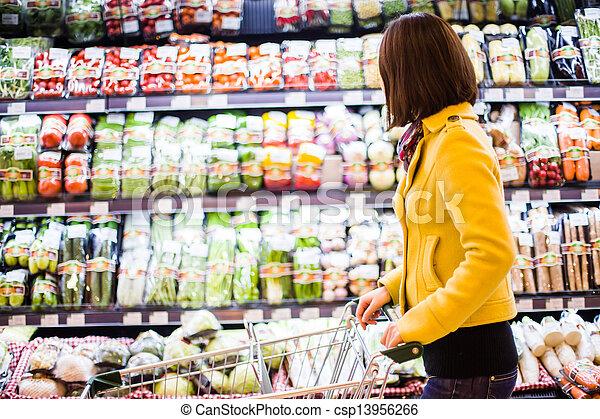 Una joven comprando en el supermercado - csp13956266