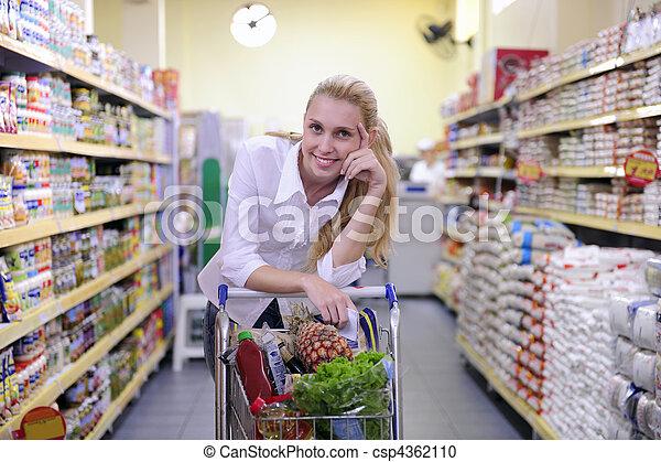 Una mujer comprando en el supermercado - csp4362110
