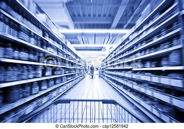 Una mujer comprando en el supermercado - csp12581942