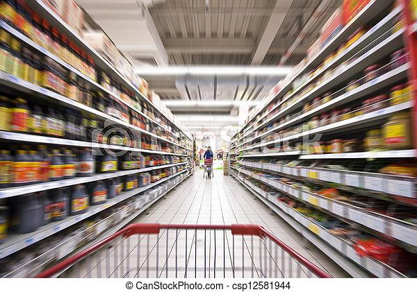 Una mujer comprando en el supermercado - csp12581944