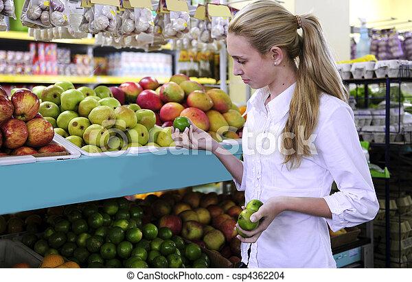 Mujeres comprando frutas en el supermercado - csp4362204