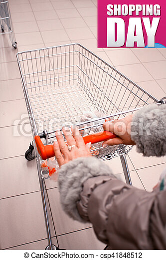 Una mujer comprando en el supermercado - csp41848512