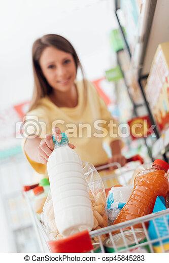 Una mujer comprando en el supermercado - csp45845283