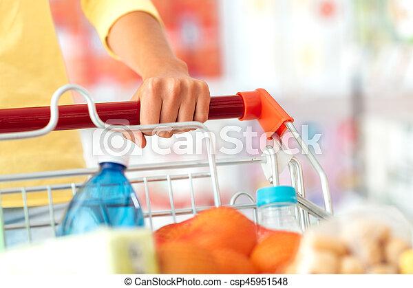 De compras en el supermercado - csp45951548