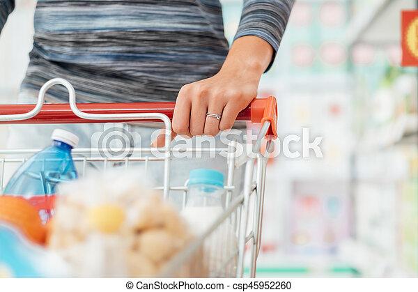 De compras en el supermercado - csp45952260
