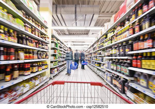 De compras en el supermercado - csp12582510