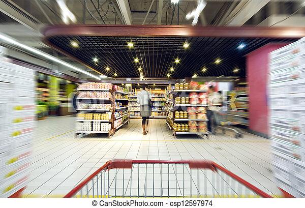 De compras en el supermercado - csp12597974