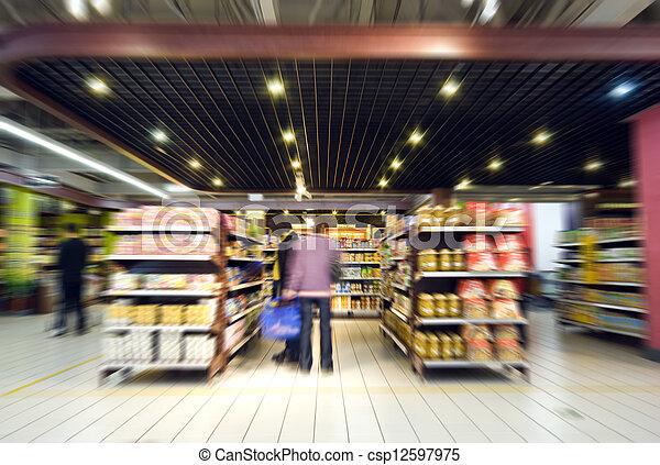 De compras en el supermercado - csp12597975