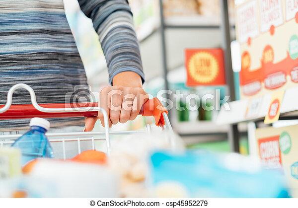De compras en el supermercado - csp45952279
