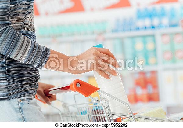 De compras en el supermercado - csp45952282