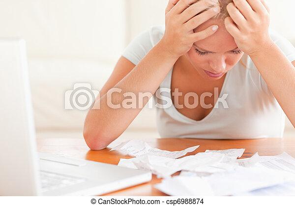 comptabilité, femme, blonds, inquiété - csp6988874