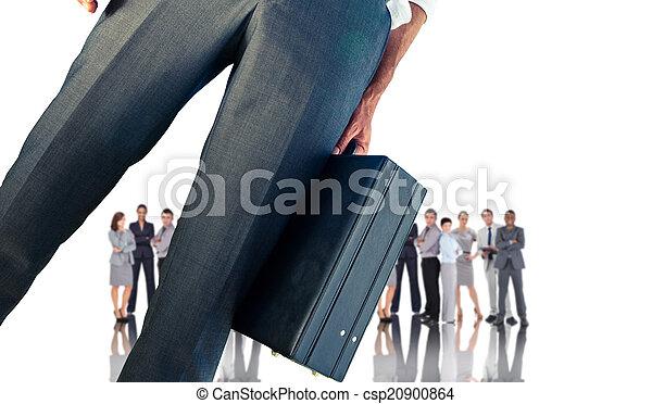 Imagen compuesta de un hombre de negocios sosteniendo maletín - csp20900864