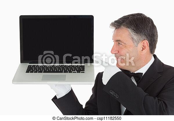 Camarero apuntando a la laptop - csp11182550