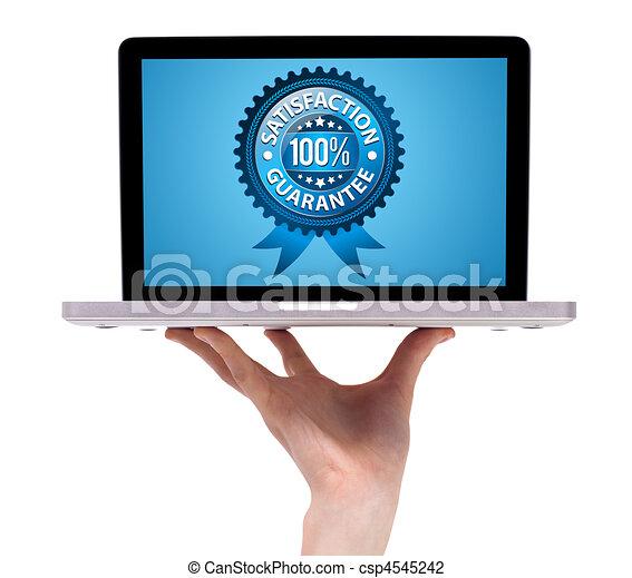 Una mano masculina sosteniendo un portátil con etiqueta de garantía - csp4545242