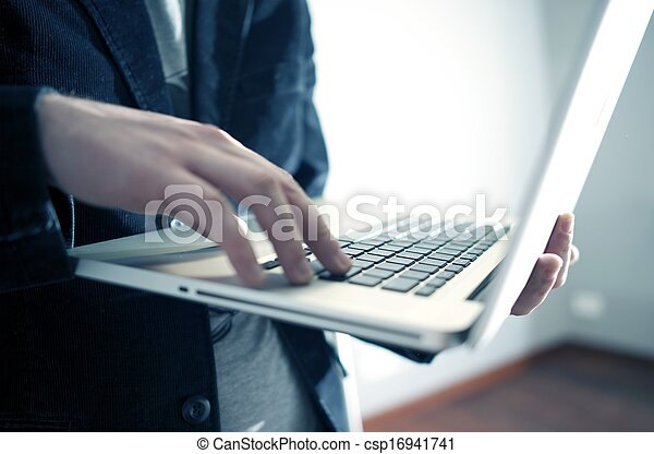 Trabajo en la laptop - csp16941741