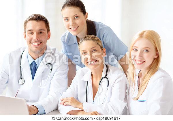 Grupo de médicos con ordenador portátil - csp19091617
