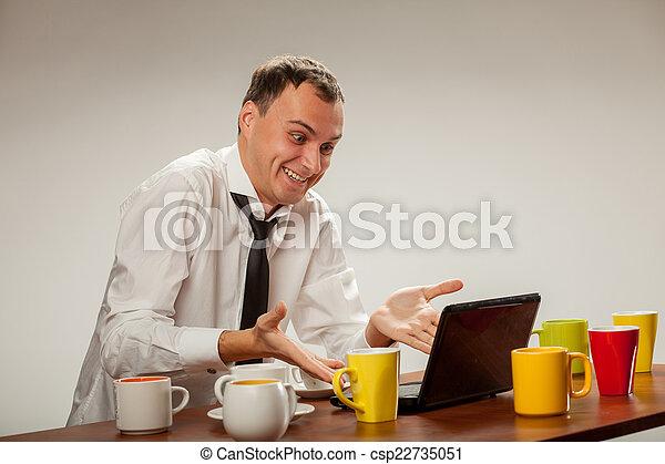 Un joven en la computadora - csp22735051