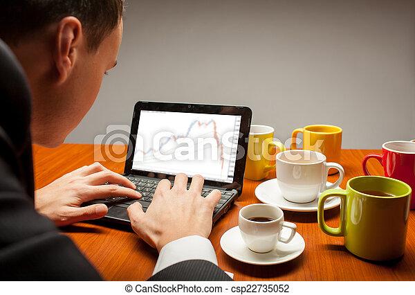 Un joven en la computadora - csp22735052